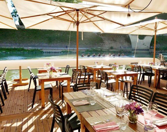 """Il fascino """"estivo"""" di un ristorante all'aperto a Roma"""